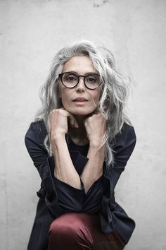 women-grey-hair-glasses-editorial-commercial-beautiful-spain-milva-mother-classy - New Site Grey Wig, Short Grey Hair, Grey Hair Old, Grey Hair Model, Grey Hair And Glasses, Grey Hair Inspiration, Covering Gray Hair, Costume Noir, Beautiful Old Woman