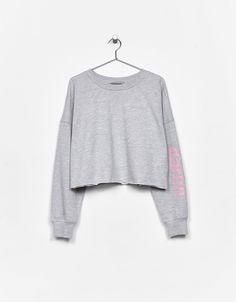 Yazılı kısa sweatshirt. Bununla beraber her hafta Bershka'da yeni ürünleri keşfedin