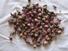 Ces boutons de roses sont recommandés pour l'artisanat, ajoutant à pot-pourri et le thé. Séchée rose Boutons de Rose (de France) 1/2 livres 1/ 2 long coupe et tamisée Rosa Centifolia. Parfait petit séchées boutons de roses. Naturel.  Idéal pour faire du thé aussi : mettre une pincée de ces boutons de roses parfaits dans un pot de perfusion, versez leau bouillante, laisser infuser pendant environ 12 minutes. Savoir pour améliorer la circulation et les aides à la digestion. Très parf...