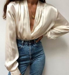Silk satin top blouse with jeans and coin necklace #streetstyle #fashion #gold #necklace #whiteblouse #silkblouse #satinblouse #fashionstyle #look #stylemyday