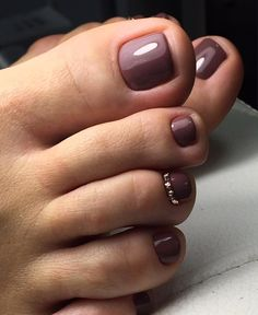 The advantage of the gel is that it allows you to enjoy your French manicure for a long time. There are four different ways to make a French manicure on gel nails. Fall Toe Nails, Pretty Toe Nails, Cute Toe Nails, My Nails, Pedicure Colors, Pedicure Designs, Pedicure Nail Art, Manicure, Gel Nail