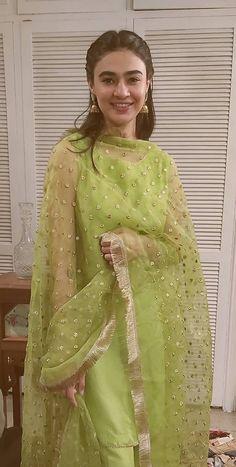 Bridal Mehndi Dresses, Fancy Wedding Dresses, Designer Party Wear Dresses, Kurti Designs Party Wear, Indian Designer Outfits, Wedding Suits, Simple Pakistani Dresses, Pakistani Dress Design, Simple Dresses