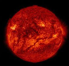 """Diese Aufnahme der Nasa-Mission """"Solar Dynamic Observatory"""" vom 10. Februar 2015 zeigt auf dem unteren Teil der Sonne eine gigantisch lange Linie, die Experten Sonnenfädchen nennen. Dieses Exemplar ist mehr als 850.000 Kilometer lang; das entspricht einer Breite von 67 nebeneinander aufgereihten Erden. Je heller die Flächen auf diesem Bild sind, desto heißer sind dort die Temperaturen."""