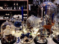Kersttafel, met 'Kerst-onder-een-stolp'. Makkelijk zelf te maken met de kerstversiering en kaarsen die je misschien al in huis hebt. Mooi dat de stolpentrend nog even doorzet, zodat je ook met de feestdagen je huis 'stofarm' kunt versieren. Mooie kleuren ook dat wit, blauw en grijs. Winters en ijzig, maar zo samen met de lichtjes verre van kil!