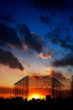 「捕獲」    僕のサイクリングコースから夕陽を臨むと、決まって網に捕獲されている。  富士山といい夕陽といい、こうもたやすく捕獲されるのはいかがなものか。