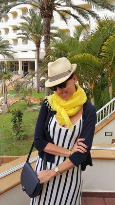 Blog de moda. Ideas para vestir en vacaciones cuando nos vamos a la playa. Look con vestido largo de verano de rayas, chaqueta azul marino y sandalias nude en Fuerteventura | The Highville.  https://bit.ly/2sOJXta
