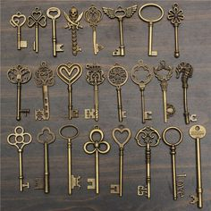 : Vintage key Charms Accessories Jewelry Antique Charms Pendants Features : Vintage Key for jewelry or crafts making. Mix and match, personality DIY, create your own jewelry! Classic fashion jewelry, your beautifull the shots! Hand enthusiasts must h Antique Keys, Vintage Keys, Antique Jewelry, Antique Gold, Key Crafts, Crafts To Make, Bijoux Fil Aluminium, Old Keys, Key Jewelry