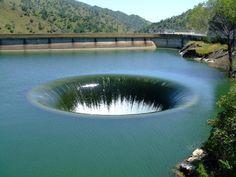 Monticello Dam furo de drenagem. Glory Holes são utilizados para a barragem é para drenar o excesso de água durante a estação seca. Este é o maior de todos eles no mundo, está localizado em Lake Berryessa. Ele é usado muito raramente, mas é bem vista para ver o que está sendo colocado em uso. Localizado no condado de Napa, Califórnia, EUA buraco essa glória foi construído entre 1953 e 1957. O diâmetro do furo é 72 pés (22m) de largura, enquanto a queda crítica é 280 pés (86m).