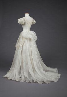 "Wedding Dress Vintage fashionsfromhistory: "" Wedding Dress Goldstein Museum of Design "" - Vintage Gowns, Vintage Bridal, Vintage Outfits, Vintage Fashion, Vintage Clothing, Dress Vintage, Wedding Dress Trends, Dream Wedding Dresses, Wedding Gowns"