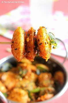 masala cocktail idlis - plain Button Idlis/colorful Cocktail Idlis or 4 Big Idlis tbsp Milagai Podi /Idli Podi a sprig of Curry leaves 1 tsp Urad dal tsp Mustard seeds Salt to taste 2 tbsp Sesame oil or Ghee Indian Appetizers, Indian Snacks, Indian Food Recipes, Vegetarian Recipes, Cooking Recipes, Vegetarian Appetisers, Party Appetizers, Party Desserts, Rice Recipes