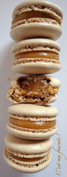Macarons caramel beurre salé (Christophe Felder) pour 20 macarons : 75 g de poudre d'amandes-75 g de sucre glace-2 fois 28g de blancs d'oeufs (vieillis et à température ambiante)- 215g de sucre en poudre + 18g d'eau- 65g de crème liquide entière- 100g de beurre salé de bonne qualité (bien froid). Recette sur le site.