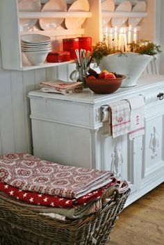 Red and white... Seriously my favorite colors for a kitchen.