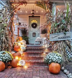 These cute fall porch ideas are guaranteed to look stunning! From memorable door… These cute fall porch ideas are guaranteed to look stunning! From memorable doormats to beautiful staircase decor ideas there's something for everyone! Halloween Veranda, Fall Halloween, Scary Halloween, Vintage Halloween, Halloween Ideas, Happy Halloween, Halloween Costumes, Decoration Entree, Autumn Garden