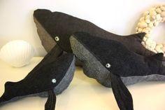 Eine bebilderte Anleitung für einen Wal in drei verschiedenen Größen. Drei Schnittmuster stehen als pdf ebenfalls bereit.