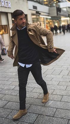 5 Men's Style Trends For 2018 & How To Wear Them - with a fall combo with a brown trench coat black sweater light but button up shirt black denim brown suede chelsea boots. Mode Masculine, Brown Suede Chelsea Boots, Mens Chelsea Boots, Brown Chelsea Boots Outfit, Chelsea Brown, Outfit Stile, Brown Trench Coat, Trench Jacket, Streetwear