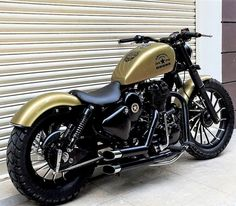 Modified by Bulleteer Customs – This single saddle brings the Iron 883 feel alive from Drona's body. The engine section is painted black while Golden finish in found right on fuel … Enfield Bike, Enfield Motorcycle, Bobber Motorcycle, Cruiser Motorcycle, Motorcycle Style, Motorcycles, Classic 350 Royal Enfield, Enfield Classic, Royal Enfield Bullet