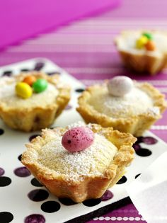 Pääsiäiskakkusten täytteen alla on marmeladisydän. Happy Easter Sunday, Blanched Almonds, Mini Eggs, Vanilla Sugar, Recipe Link, Amazing Cakes, Margarita, Muffin, Brioche