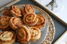 Pizzasnúðar með skinku og pepperoni. Bakaði á 180°C með blæstri í 12 mínútur.