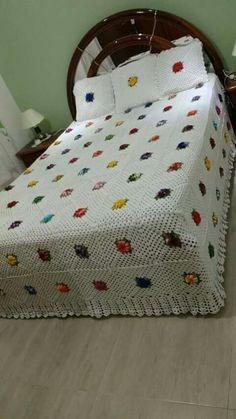 Colcha de Crochê - Modelos Lindos Com Gráficos e Passo a Passo - Crochet Bedspread Pattern, Crochet Quilt, Afghan Crochet Patterns, Crochet Squares, Crochet Doilies, Girls Twin Bed, Doily Art, Vintage Bedspread, Granny Square Blanket