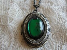 Vintage style EMERALD GREEN COLORED antique gold tone locket necklace