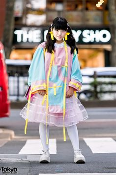 Kechan's pastel look features a color blocked strappy top by the Japanese brand Zetsukigu with a Barrack Room tulle skirt, white tights, and white Tokyo Bopper platforms. Her telephone purse is by Betsey Johnson. Asian Street Style, Tokyo Street Style, Japanese Street Fashion, Tokyo Fashion, Harajuku Fashion, Kawaii Fashion, Lolita Fashion, Harajuku Girls, Quirky Fashion