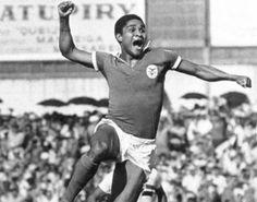 """Eusébio da Silva Ferriera (1942-2014). Ex-futebolista português nascido em Moçambique. É considerado um dos melhores futebolistas de todos os tempos pela Federação Internacional de História e Estatísticas do Futebol (IFHHS), especialistas e fãs. Recebeu o epíteto de """"Pantera Negra""""."""