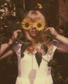 As vezes gostaria de ter olhos de flores, assim não veria tanta coisa horrível.