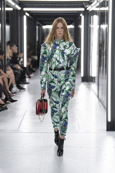 Paris Fashion Week: look e tendenze Primavera Estate 2019 - Vogue. Couture Mode, Couture Fashion, Runway Fashion, Fashion Outfits, Paris Fashion, Couture Style, Louis Vuitton, Dior, Chica Cool