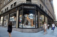 Dior Window Displays at Saks Fifth Avenue - New York #saks #dior #newyork #store #loja #retail #varejo #windowdisplay #window #vitrine #vm #visualmerchandising