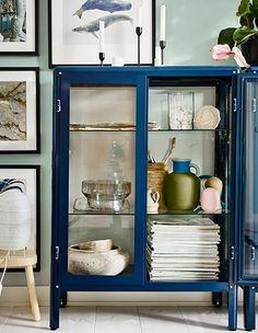 Nemen je spullen je woonkamer over? Tijd om in te grijpen. Een kast inrichten met stijl is zo gedaan. Kijk maar eens. Easy!