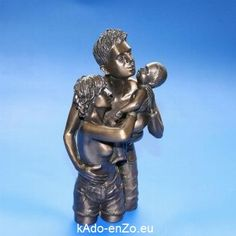 Man met baby in bronskleur.