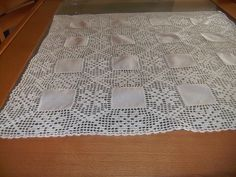 Belíssima toalha feita á mão com quadros de linho e renda.
