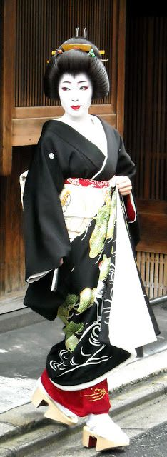 """Susohiki / Hikizuri Women dressed as maiko (apprentice geisha), wearing specially tailored """"maiko-style"""" furisode kimonos with tucks in sleeves and at shoulders      The susohiki is mostly worn by geisha or by stage performers of the traditional Japanese dance."""