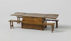 anoniem | Model van een bakskist, possibly Monogrammist DW (modelmaker), 1817 | Model van een opvouwbare bakstafel, erg kromgetrokken. Het lichaam is een kist met vier compartimenten onderin en twee lades boven. Het deksel heeft twee uitklapbare stukken die, ondersteund door uitschuifbare planken, een groot tafelblad vormen. Tegen de lange zijden zijn uitklapbare banken aangebracht, met extra steunen die uit de korte zijden schuiven.