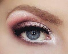 On aime les fards à paupières ou les eye-liners colorés mais on ne sait pas toujours comment les utiliser ? Voici huit idées de maquillage qui subliment les yeux bleus.