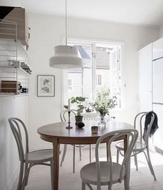 The vintage items make this interior look unique and I love the combination of the round wooden dining table in the kitchen with the white Thonet chairs. Modern Room, White Living, Home Decor, Home Deco, Kitchen Table Chairs, Round Wooden Dining Table, Small Space Living, Interior Design, Interior Deco