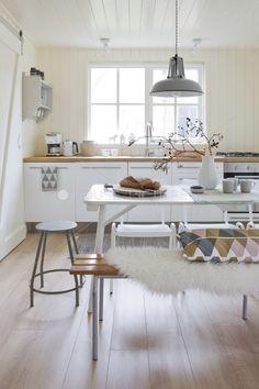 meubles blancs poignées longues + plinthe et électroménager gris inox : pas mal !