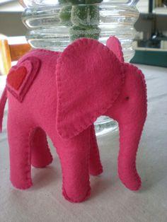 Valentine Felt Elephant pdf sewing pattern por tiddliwinktoys