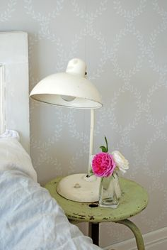 ~ vintage bedside lamp and table ~ White Ranunkler