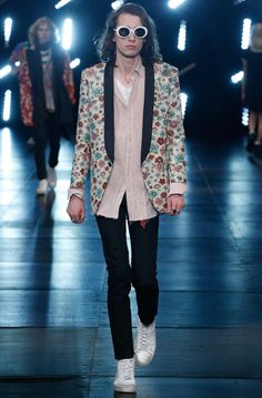 See all the Collection photos from Saint Laurent Spring/Summer 2016 Menswear now on British Vogue Fashion Week Hommes, Mens Fashion Week, Fashion Show, Fashion Trends, Men's Fashion, Paris Fashion, Saint Laurent 2016, Yves Saint Laurent, Look Rock