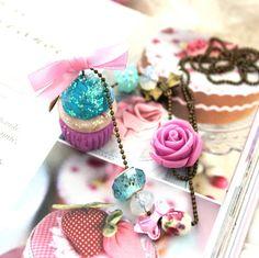 Un bien joli sautoir gourmand, que cet irrésistible cupcake aux Myrtilles. Fruité et acidulé, il sera le compagnon idéal de vos après midi boudoir, autour d'une délicieuse tasse de thé.