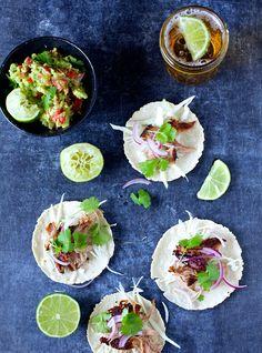 Hvis jeg skal vælge et måltid, som jeg kan spise hver eneste dag uden at blive træt af det, så falder valget på tacos. Jeg elsker de bløde majstortillas med spicy fyld og en kold øl til – det er så hyggeligt at lave et stort fad tacos, som spises med fingerne og i dejligt …