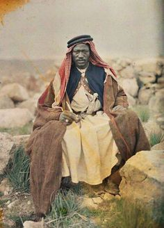 Jordan: Paul Castelnau met a Bedouin of Sudanese origin in 1918 in Aba el Lissan, the site of an Arab Revolt battle the year before. Autochrome photography from Archives of the Planet; a project conceived and financed by French banker Albert Kahn in Old Pictures, Old Photos, Vintage Photos, Vintage Portrait, Arab Revolt, Image Positive, Naher Osten, African History, People Of The World