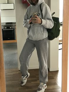 all gray outfit soft textures comfy casual hoodie sweatpants Chill Outfits, Mode Outfits, Trendy Outfits, Fashion Outfits, School Looks, Fashion Killa, Look Fashion, Outfit Invierno, Jeans Boyfriend