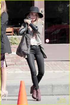 Sarah Hyland chats on the phone during a break from shooting scenes for her hit show Modern Family on Monday (February 9) in Los Angeles. The 24-year-old actress
