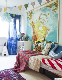 lastenhuone,lastenhuoneen sisustus,lapsen sänky,laveri,laverisänky,virkattu peite,vintage,itämainen matto,origami lamppu,valokirjain,linnut,aarrekid,marimekko verho,vanha kartta,karttapallo,naamari,lippunauha