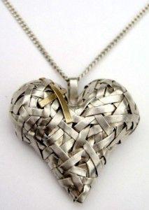 http://www.artsyshark.com/wp-content/uploads/2011/11/gurgel-segrillo_woven-series_necklace-213x300.jpg adresinden görsel.