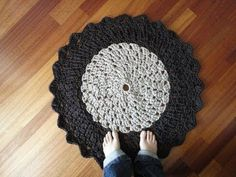 T-shirt Yarn Crocheted Rug Tutorial (Part MORE VIDEO TUTORIALS HERE: . This tutorial shows you how to crochet a circular rug using t-shirt yarn. Crochet Flower Patterns, Crochet Blanket Patterns, Crochet Flowers, Crochet Home, Crochet Yarn, Crochet Crafts, Crochet Carpet, Circular Rugs, Giant Circular