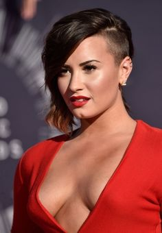 Demi-Lovatos-Side-Undercut-Hairstyle