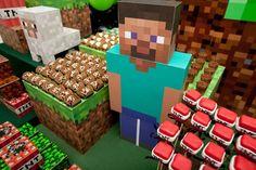 O jogo de Minecraft tem feito o maior sucesso entre a criançada e, claro, já virou tema de festinha! Nesta decoração, a textura pixelada do...